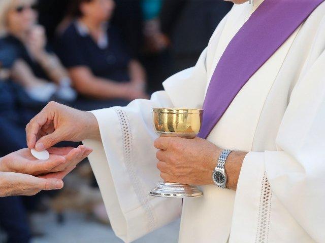 COVID 19: No handshakes, no Holy Communion on the tongue – Catholic Bishops direct