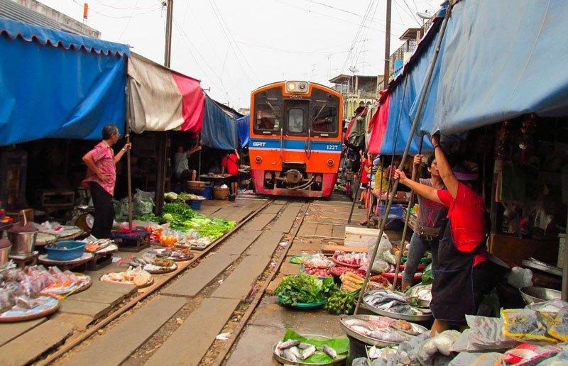 Il mercato sulla ferrovia Mae Klong, vicino Bangkok