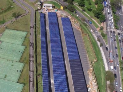 Placas de energia fotovoltaica que abastecem o Parque Villa-Lobos