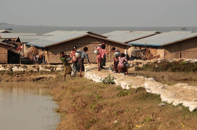 Myanmar femmes camp mare deau 680x450