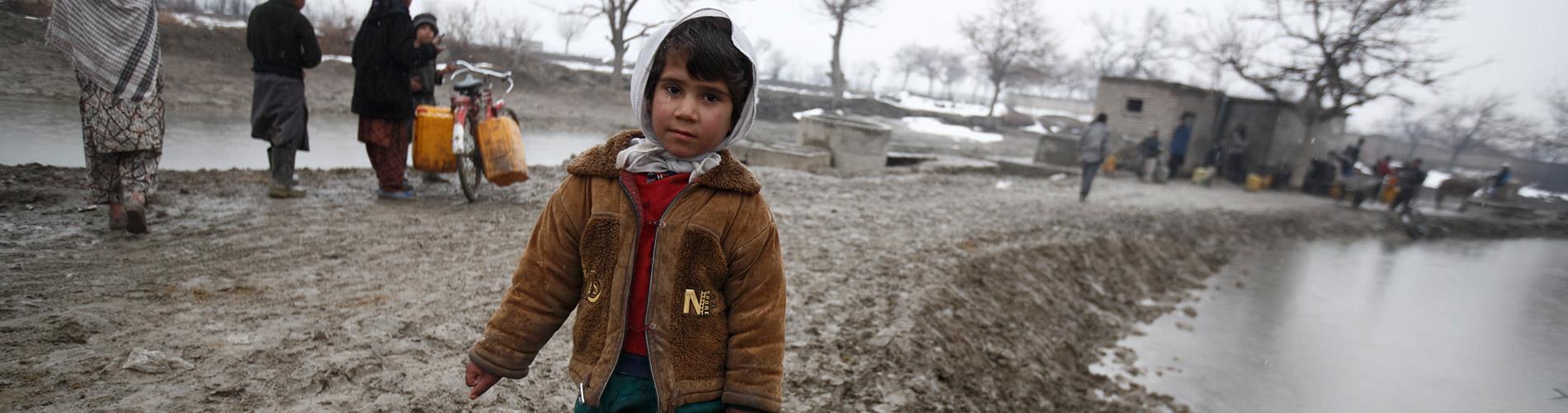 enfant boue bidon Afghanistan