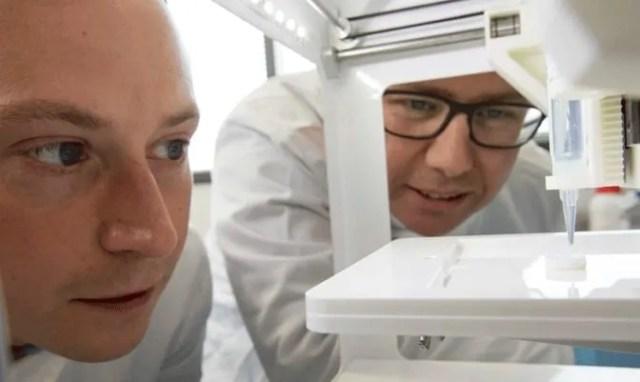 Watching-a-cornea-be-3D-printed
