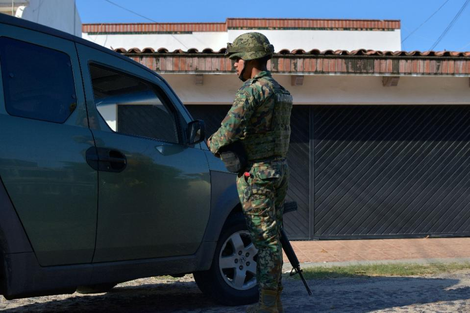 A member of the Mexican Navy stands guard in a street of Culiacan, Sinaloa state, Mexico, during a security operation on October 20, 2015 (AFP Photo/Fernando Brito)
