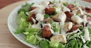 Ensalada de pollo y salsa césar