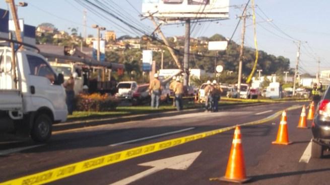 Pick up se estrella y derriba un poste del tendido eléctrico en el bulevar de Los Próceres