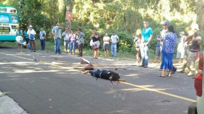 Accidente de tránsito entre autobús y una motocicleta deja una persona fallecida en San Miguel
