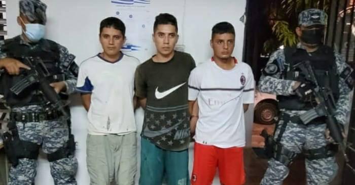 Hermanos capturados con un fusil Ak-47, un radio y droga
