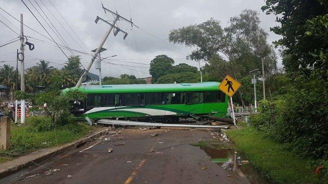 Varios heridos y un fallecido tras aparatoso accidente en un puente de San Vicente