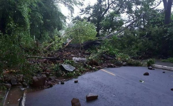 Deslave de rocas y tierra bloquea la entrada del municipio de Intipuca en La Unión