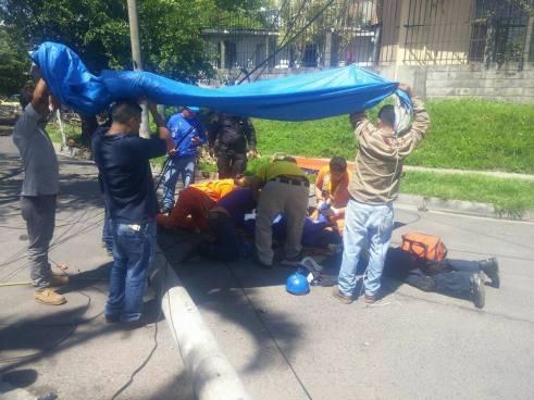 Poste del tendido eléctrico cae y lesiona a tres personas en San Salvador