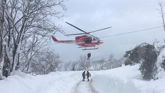 Varios muertos tras avalancha de nieve que sepultó hotel en Abruzzo Italia