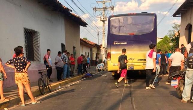 Dos fallecidos tras ser embestidos por un bus en de la ruta 304 en San Miguel