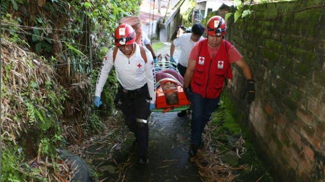 Rescatan a anciano que cayó al fondo de un barranco en Santiago Texacuangos