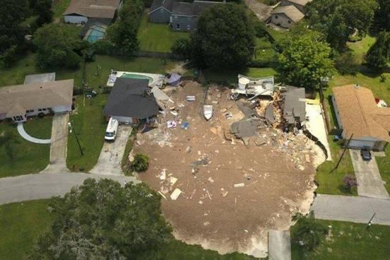 Captan el momento en que un enorme agujero se traga dos casas en Florida