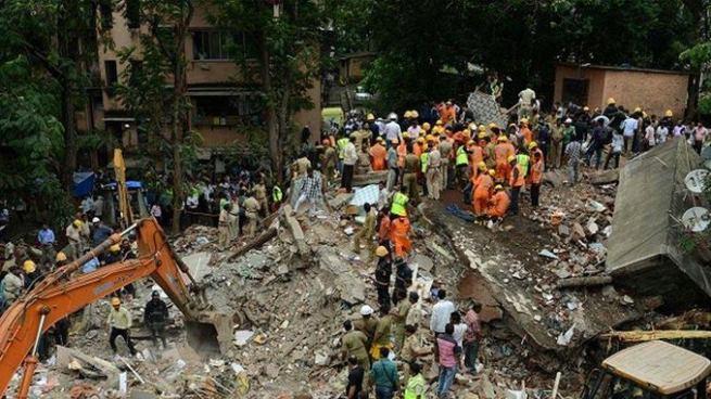 Al menos seis muertos tras el colapso de un edificio en Bombay, India