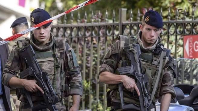 Policía francesa captura a conductor que atropelló a seis militares en París
