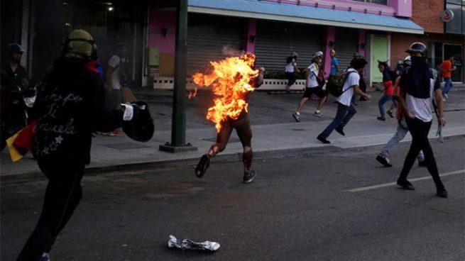Muere joven que fue quemado por opositores en Venezuela