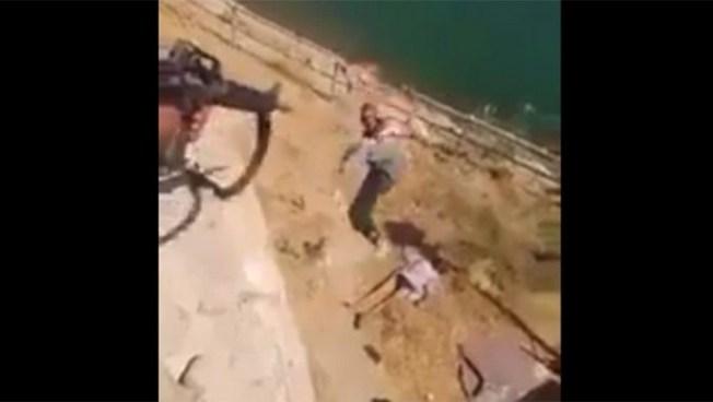 Soldados de Irak lanzan y acribillan a terroristas desde un precipicio