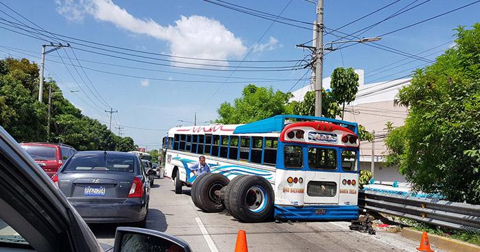 Autobús de la ruta 101-A pierde su eje trasero cuando transitaba por Antiguo Cuscatlán