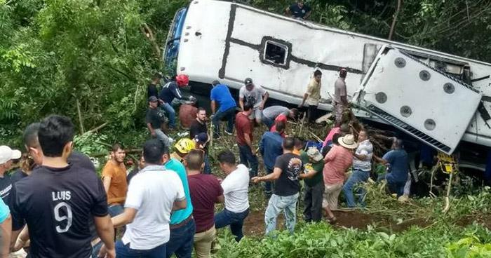 Ocho personas fallecidas deja accidente de autobús en Nayarit, México