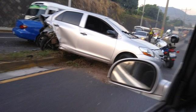 Conductor ebrio se duerme y provoca aparatoso accidente de tránsito en Ilopango