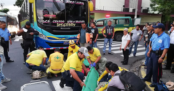Bus de la ruta 42-A atropella a dos personas en la 19 avenida norte de San Salvador