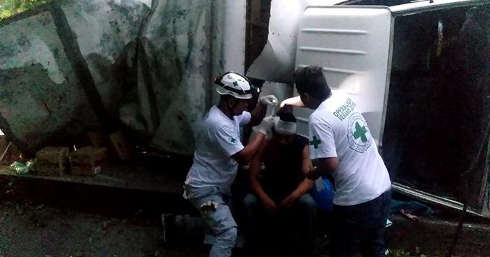 Un lesionado deja volcamiento de camión en la carretera de Oro