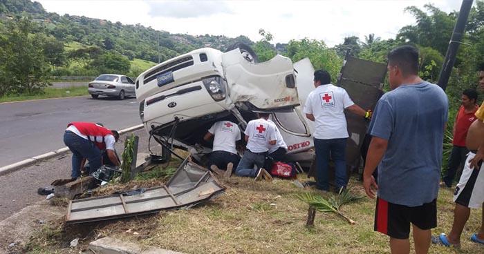 Tres personas se salvan de morir tras sufrir aparatoso accidente en Cojutepeque