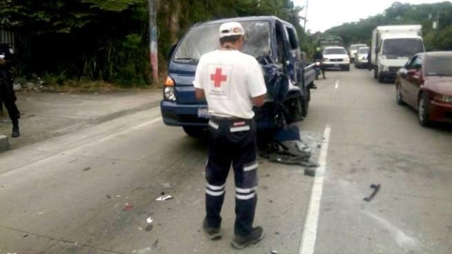 Grave accidente en autopista Los Chorros deja una persona atrapada