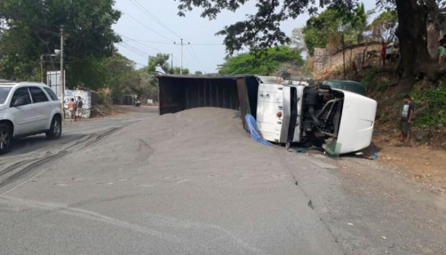 Camión que transportaba arena vuelca sobre la carretera al Puerto de La Libertad