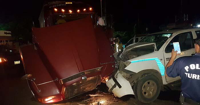 Choque entre rastra y patrulla de la PNC deja tres policías heridos en Sonsonate