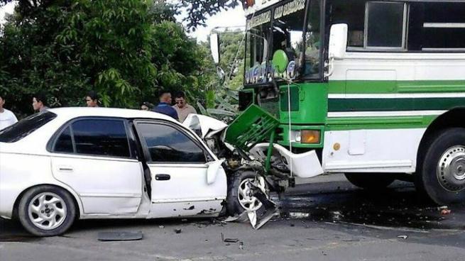 Dos hombres resultaron gravemente heridos luego de chocar contra un bus
