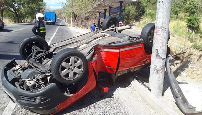 Aparatoso accidente de tránsito en la autopista a Comalapa deja una persona lesionada