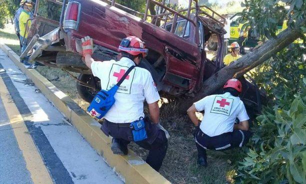 Motorista de un pick up se salva de milagro tras accidentarse en la autopista a Comalapa