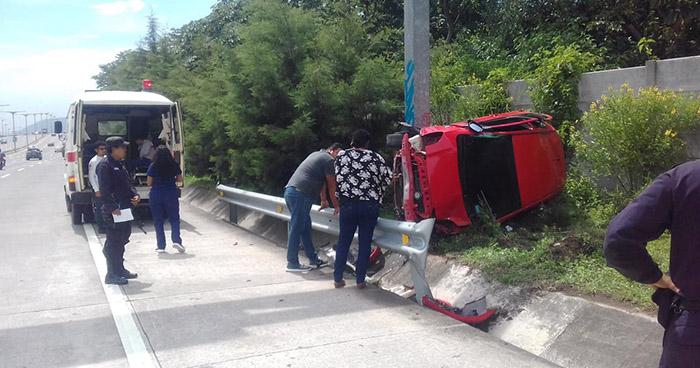Joven resulta lesionada tras estrellarse contra un poste en el bulevar Monseñor Romero