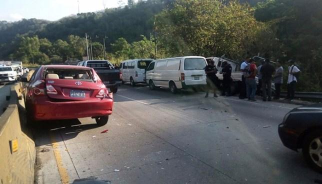 Quíntuple accidente provoca el cierre en uno de los sentidos de la carretera Los Chorros