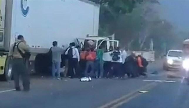 Aparatoso accidente de tránsito en carretera a Sonsonate deja dos personas atrapadas