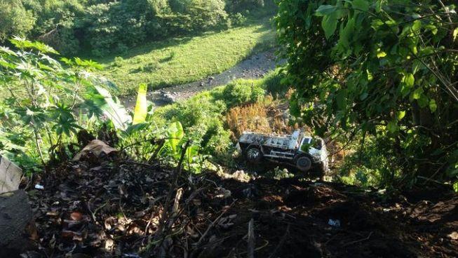Camión cae en un barranco sobre carretera a Santa Ana dejando a dos personas lesionadas