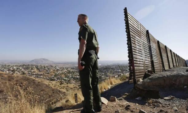 Policías de EE.UU sabotean suministros de agua y alimentos para migrantes que cruzan la frontera