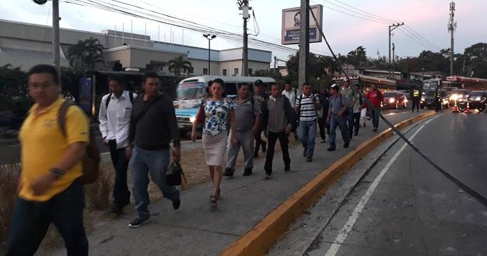 Cerrado el paso hacia la Alameda Manuel Enrique Araujo viniendo de la Ceiba de Guadalupe