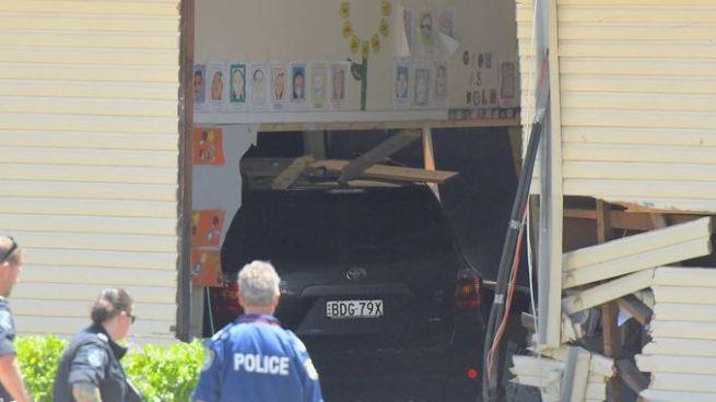 Conductora impacta con una escuela y mata a dos niños en Australia