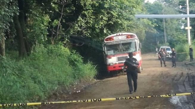Agentes de la PNC repelen asalto dentro un autobús y matan a un delincuente en Santa Ana