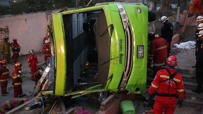 VÍDEO: Roban a víctimas de trágico accidente de autobús en Perú