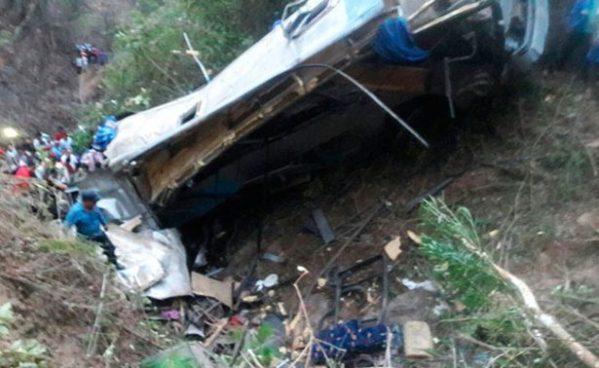 Autobús cae dentro de barranco de más de 100 metros de profundidad