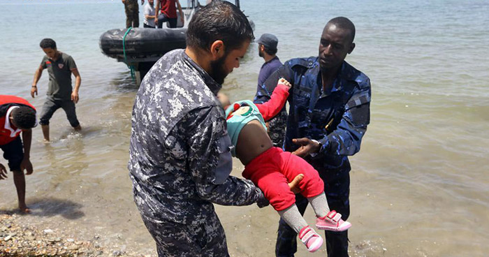Tres bebés muertos y más de 100 desparecidos deja naufragio de embarcación en Libia