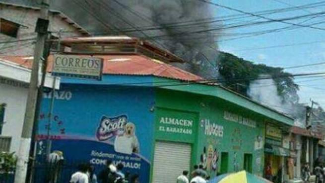 Bombero pierde su casa durante incendio en Chalatenango