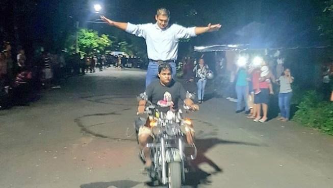 Diputado Bonner realiza acrobacias en motocicleta para ganar apoyo para su diputación