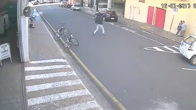 VÍDEO: Asaltantes hieren a dos policías y matan a un joven tras robar una joyería en Brasil