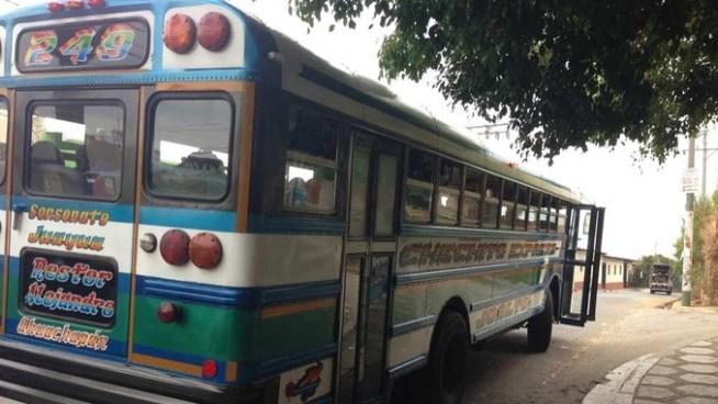 Policía resulta lesionado tras repeler asalto de un bus en Juayúa