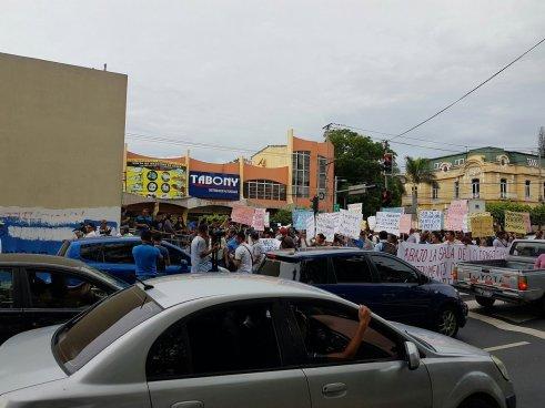 Manifestantes cierran el paso en protesta por el uso del carril del SITRAMSS